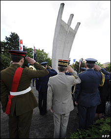 People pay tribute to those killed during the airlift at Tempelhof Airport (12 May 2009)
