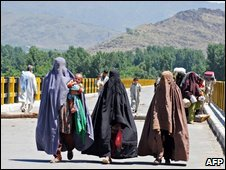 Families fleeing on foot in the Shamuzai area in Pakistan's Swat valley, 12 May