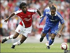 "Chelsea""s French footballer Florent Malouda (R) with Arsenal""s Cameroon player Alexandre Song"