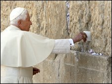 Pope Benedict XVI at the Western Wall in Jerusalem (12/05/2009)