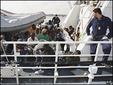 Italian officials supervise the unloading of illegal immigrants in Tripoli on 7 May 2009