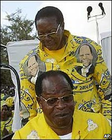 Bingu wa Mutharika (back) and Bakili Muluzi (front)