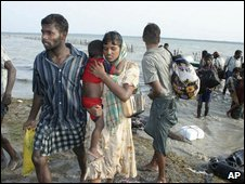 An image released by Sri Lanka's military civilians are shown wading ashore after crossing lagoon in Vellamullivaikal, Sri Lanka away from the war zone (14.05.2009)