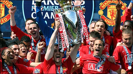Manchester United players celebrate their title win