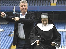 Guus Hiddink and a woman dressed as a nun