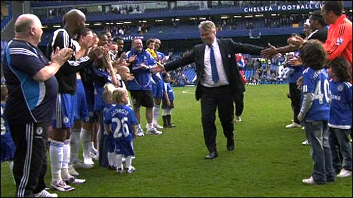 Guus Hiddink receives a guard of honour from the Chelsea squad