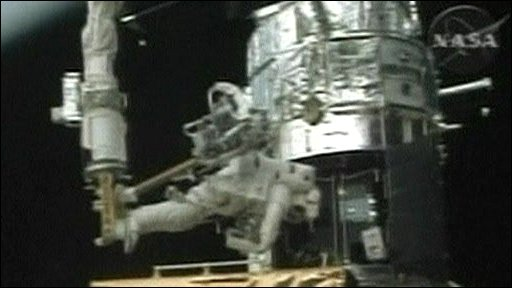 Astronaut fixing Hubble