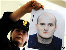 Italian policewoman holds up a photo of Raffaele Amato (17 May 2009)