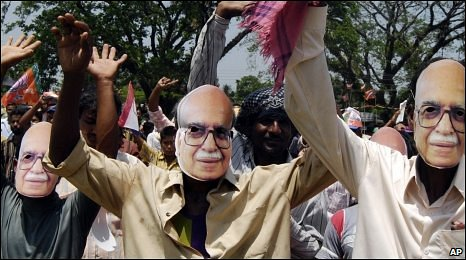 BJP supporters wearing LK Advani masks