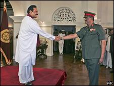 Sri Lankan President Mahinda Rajapaksa (left) and Lt Gen Sarath Fonseka (18/05/09)