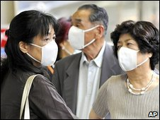 Passengers wearing masks at a staion in Tokyo, 19 May 2009