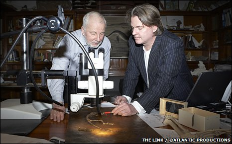 Jens Franzen and Jorn Hurum with the primate fossil (The Link/Atlantic Productions)