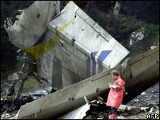 Turkish rescue worker inspects the wreckage near Trabzon (26 May 2003)