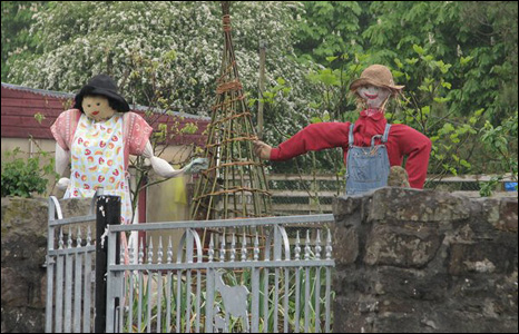 Meirion Hewitt spotted Mr and Mrs Scarecrows in Bryncethin, Bridgend.