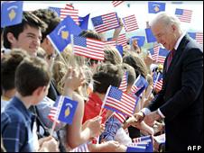 Joe Biden is welcomed at Pristina's airport (21 May 2009)