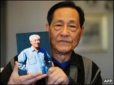 Bao Tong holding a picture of Zhao Ziyang