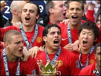 Manchester United players celebrate after winning the 2008-2009 Premier League title