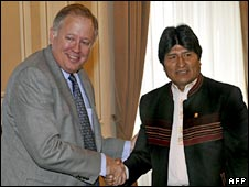 Thomas Shannon (left) and Evo Morales in La Paz. Photo: 21 May 2009