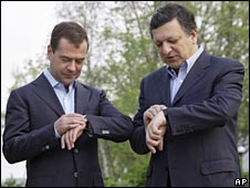 Russian President Dmitry Medvedev (left) and European Commission chief Jose Manuel Barroso look at their watches outside Khabarovsk