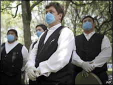 Waiters wear masks in Mexico City. Photo: 14 May 2009