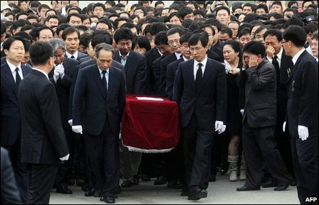 Mr Roh's coffin surrounded by mourners