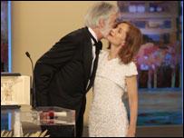 """فاز فيلم """"الشريط الأبيض"""" للمخرج النمساوي مايكل هانيكي بجائزة السعفة الذهبية التي يمنحها مهرجان كان السينمائي لأفضل فيلم يشارك في المسابقة الرسمية."""
