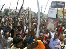 Protesters brandish swords, steel rods and bamboo sticks in Amritsar on 25 May 2009