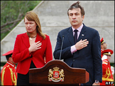 Georgian President Mikheil Saakashvili (R) and his wife Sandra Roelofs (L) attend a ceremony in Tbilisi (26 May 2009)