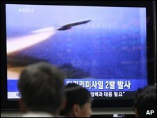 South Koreans in Seoul watch television footage of North Korea's rocket launch (26 May 2009)
