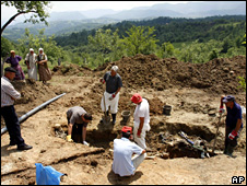 Forensic experts exhume bodies at Vlasenica  (26 May 2009)