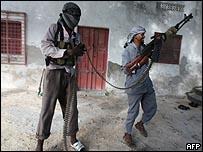 مسلحان صوماليان في مقديشو