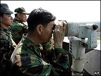 عسكريون من كوريا الجنوبية يراقبون المنطقة  منزوعة السلاح بين الشطرين