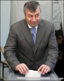 Eduard Kokoity casts his ballot in Tskhinvali, 31 May 2009