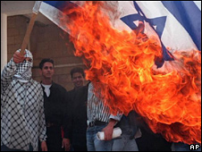 Palestinian burns Israeli flag (file photo)