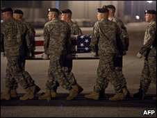 Soldiers carry a casket of a killed US soldier off a plane