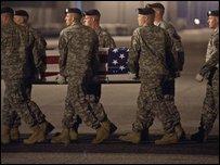 جنود أمريكيون ينقلون نعش زميل قتيل لهم من طائرة