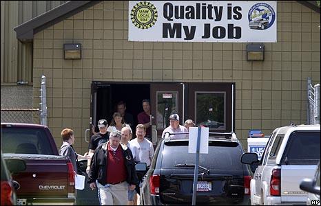 العاملون في مصنع تجميع سيارات بونتياك في ميتشجان عقب تقدم الشركة بطلب الإفلاس.