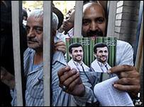 مناصرون لأحمدينجاد يحملون ملصقات تحمل صوره