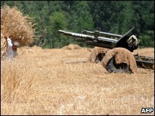 A Pakistani cannon stands in a field in the troubled Buner district near Swat, 31 May