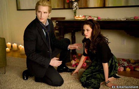 Peter Facinelli (Carlisle Cullen) and Kristen Stewart (Bella)