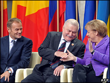Donald Tusk (l), Lech Walesa (c) and Angela Merkel in Krakow (4 June 2009)