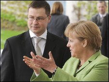 German Chancellor Angela Merkel (R) greets Latvian Prime Minister Valdis Dombrovskis during an official welcoming ceremony at the chancellery in Berlin April 29, 2009