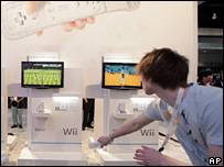 Gamers at the Nintendo booth in E3