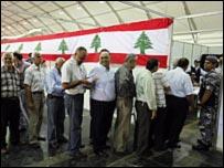 ناخبين لبنانيين