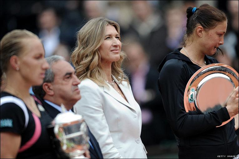 Kuznetsova finally gets the trophy from Steffi Graf