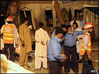 جنود ورجال انقاذ في موقع الانفجار