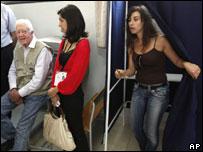 الرئيس الأمريكي الأسبق جيمي كارتر في مهمة مراقبة لأحد مراكز الاقتراع