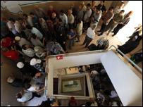ناخبون مسيحيون امام مركز للاقتراع في حي الأشرفية في بيروت