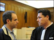 Jean-Louis Courjault (L) speaks with his lawyer Marc Morin (9 June 2009)