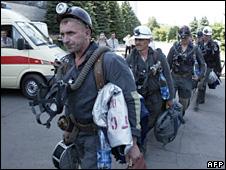 Rescue teams arrive at the Skochynskyy mine (8 June 2009)